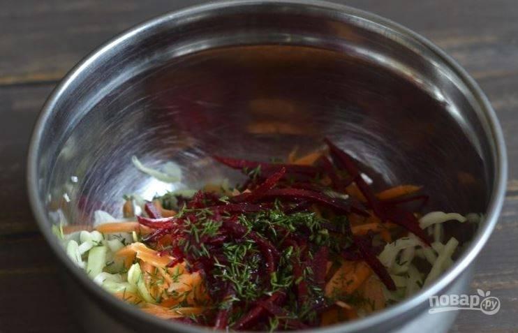Зелень вымойте и обсушите. Нарубите ее мелко и добавьте в салат. Для заправки смешайте соль, оливковое масло и сок лимона или лайма. Заправьте ею салат и тщательно все перемешайте. Подавайте салат к столу.