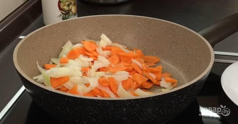 5.Морковь очистите и помойте, нарежьте ее тонкими четвертинками. Лук очистите и нарежьте полукольцами, отправьте овощи на раскаленную чистую сковороду с растительным маслом, обжарьте до готовности.