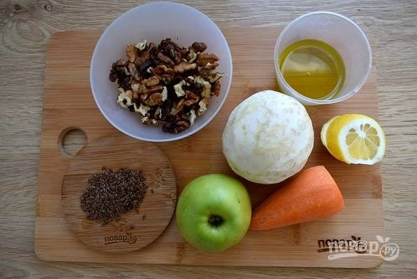 Подготовьте необходимые продукты. Овощи и яблоко помойте. Корень сельдерея и морковь очистите.