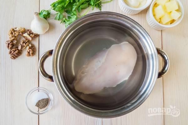 Куриное филе отвариваем до готовности в слегка подсоленной воде. Яйца отвариваем вкрутую.