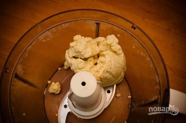 2. Соедините масло с мукой и солью, разотрите в крошку. Понемногу вливайте ледяную (!!!) воду, замешивая однородное тесто. Можно воспользоваться помощью техники. Готовое тесто скатайте в шарик и уберите в холодильник минут на 30-40.