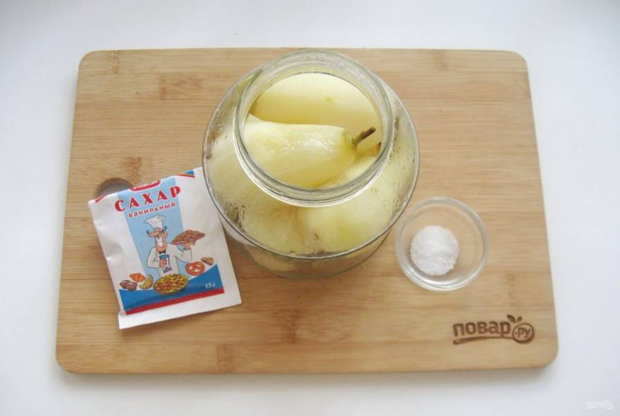 В банку объемом 750 мл. добавьте половину чайной ложки ванильного сахара и треть чайной ложки лимонной кислоты.