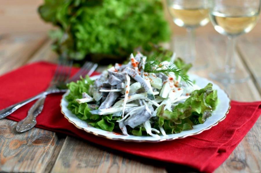 Подавайте, выложив на листья салата.