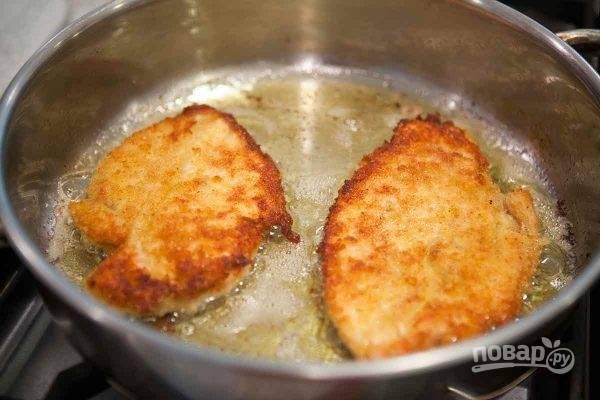3. Выложите на сковороду с разогретым маслом и жарьте на сильном огне до образования корочки.