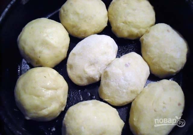 В глубокую жаропрочную сковороду влейте масло. Выложите туда шарики. Сделайте заливку, смешав томатный сок со сметаной и солью.