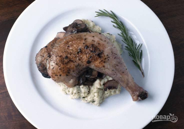 8.Выложите пюре из цветной капусты, затем - грибы и куриный окорок, добавьте веточку тимьяна и подавайте к столу.
