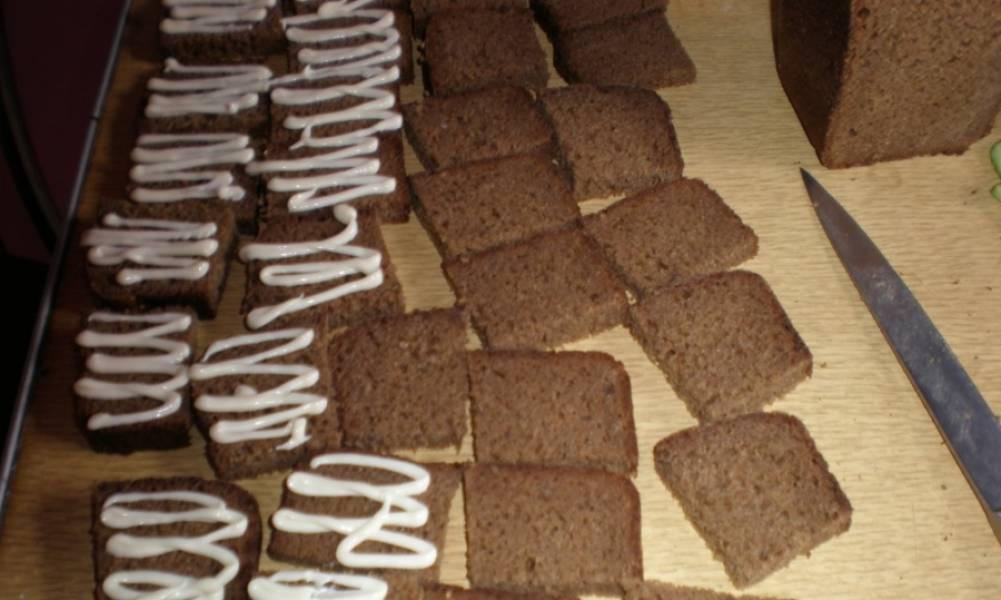 Хлеб нарезаем ломтиками, затем каждый ломтик делим на 4 части. Половину (под селедку) смазываем майонезом, кусочки под сало - оставляем нетронутыми.