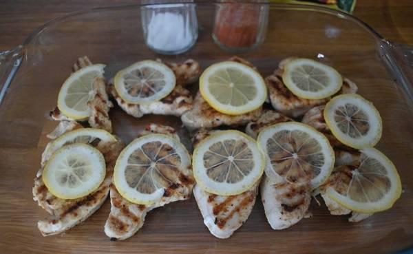 5. Для сочности можно сверху добавить кружочки помидора, а для кислинки - ломтики лимона, предварительно вымытого и тонко нарезанного.