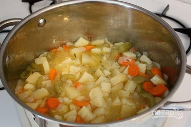 Влейте бульон, тимьян, соль, перец по вкусу и варите 20-30 минут, пока картофель не станет мягким.