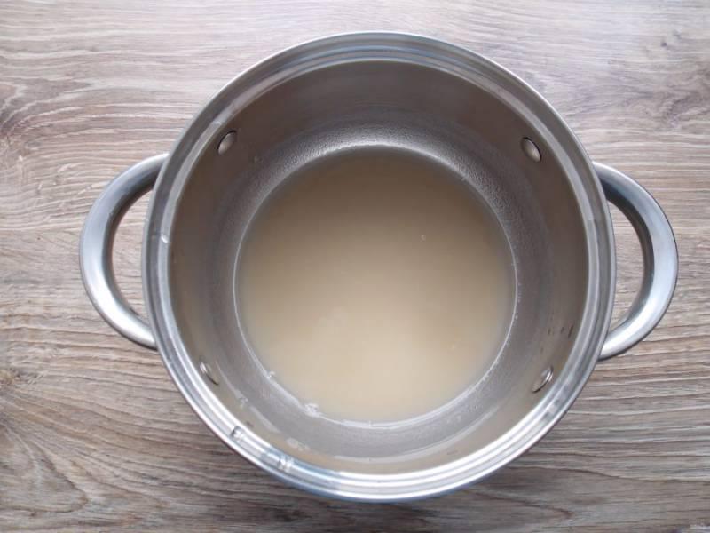 В кастрюлю налейте воду и всыпьте агар-агар, оставьте его на 40 минут.