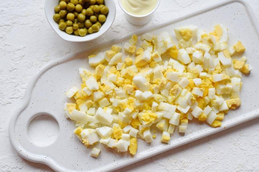 Яйца сварите вкрутую, очистите, настрогайте кубиками.