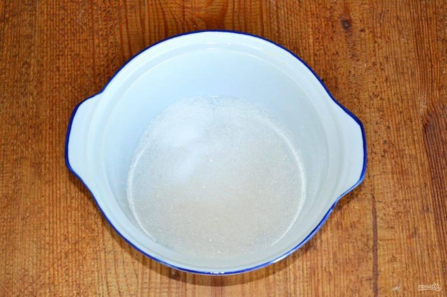 В кастрюльку всыпьте сахар, добавьте немного ванильного сахара.