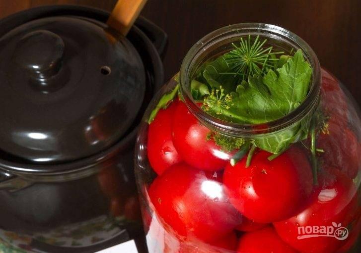 4. Залейте рассолом помидоры и выложите остальную часть зелени сверху. Закройте капроновой крышкой и оставьте в темном месте на 2,5-3 недели. Чтобы предотвратить появление плесени, добавьте в каждую банку по 2 столовые ложки растительного масла.