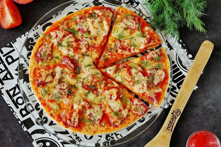 Подавать пиццу к столу можно сразу же. Приятного аппетита!