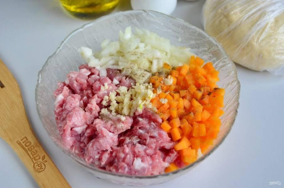 Мясной фарш я приготовила заранее из мяса и сала, остается только добавить мелко порезанные лук и тыкву, чеснок (по желанию). Соль и специи по вкусу.