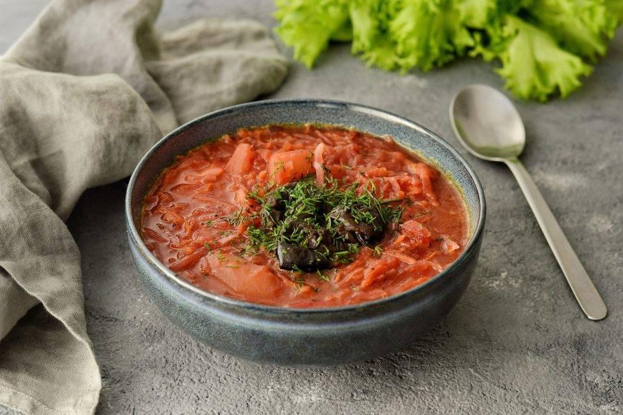 Борщ разлейте по тарелкам, добавьте в каждую по 5-6 штук чернослива с отваром. Посыпьте свежей зеленью. Постный борщ с черносливом готов, приятного аппетита!