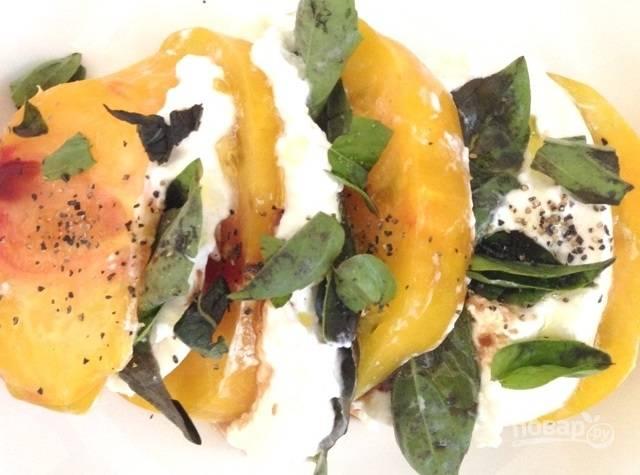 4.Полейте оливковым маслом, бальзамическим уксусом, посолите и поперчите. Подавайте сразу же.