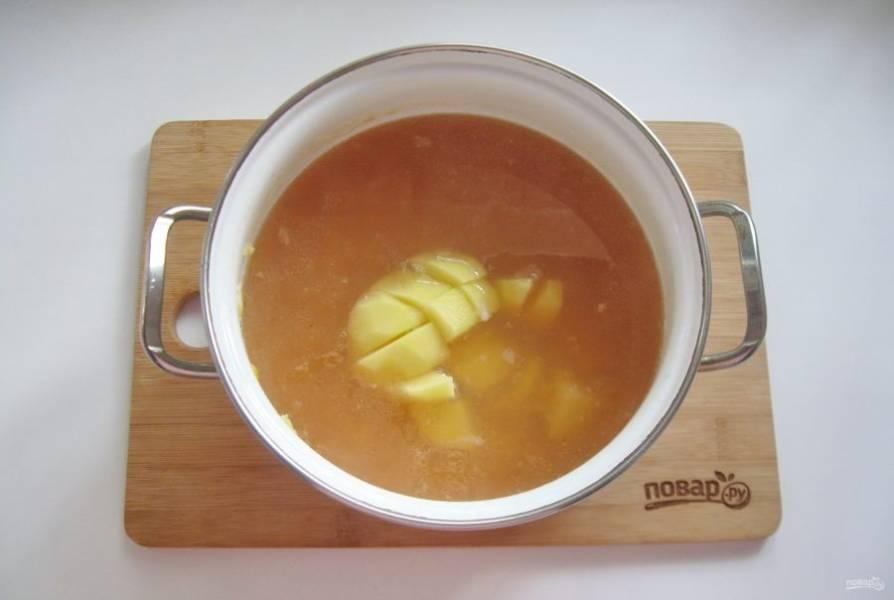 Картофель очистите, помойте и нарежьте. Добавьте в суп.