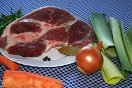 1. Рецепт приготовления мясного бульона довольно прост, и справиться с ним может даже новичок в кулинарии. Чем больше ингредиентов будет использовано, тем вкуснее и ароматнее получится блюдо.