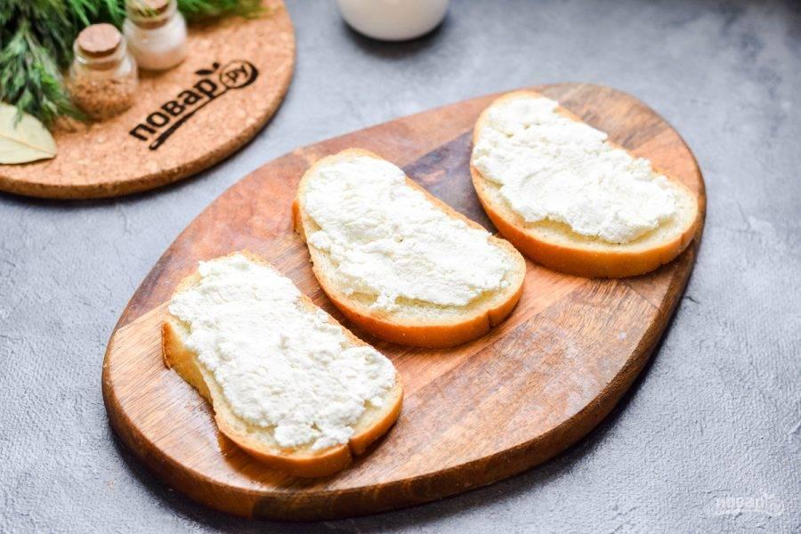Ломтики батона можете по желанию подсушить в сковороде. Смажьте батон творожным сыром.