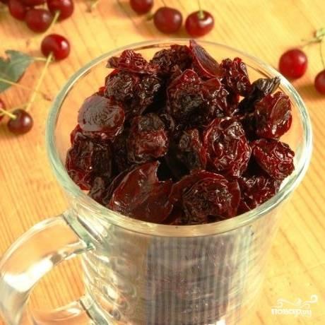 Готовую вяленую вишню можно использовать самыми разнообразными способами - в выпечке, горячих блюдах, десертах, напитках и т.д. и т.п.