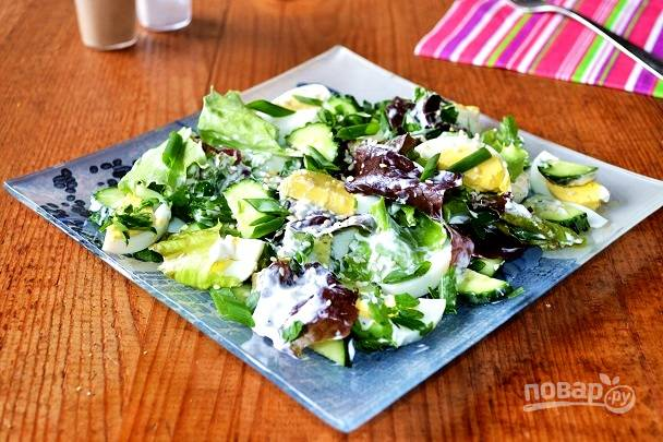 Перед подачей салат с яйцом, огурцом, зеленым луком и сметаной можно присыпать горстью кунжута. Приятного аппетита!