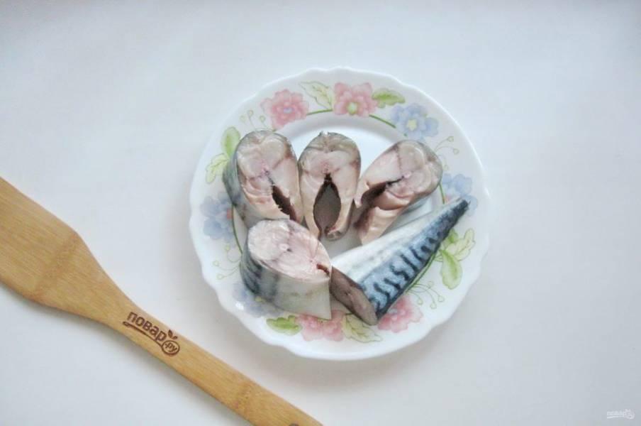 Нарежьте скумбрию на порционные кусочки.