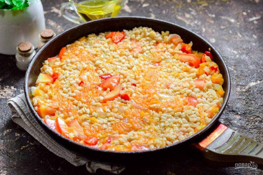 В конце приготовления добавьте в сковороду столовый уксус, перемешайте все и выключите огонь.