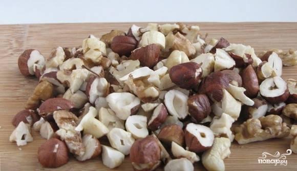 Возьмите любые орехи и порубите их. Здесь я использую очищенный лесной орех.