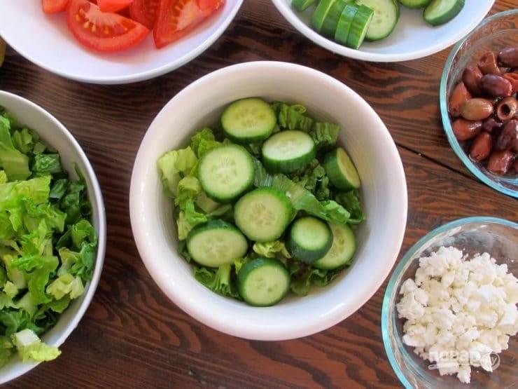 5. Следом – салат и огурцы.