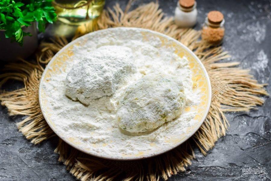 Сформируйте из фарша котлеты, обваляйте в пшеничной муке.
