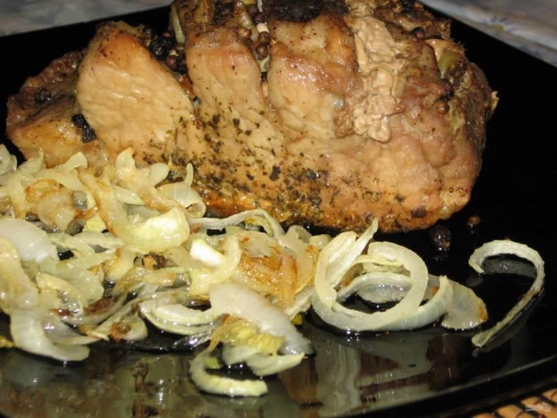6. После запекания дайте мясу немного остыть, а уже после вынимайте из фольги и подавайте к столу.