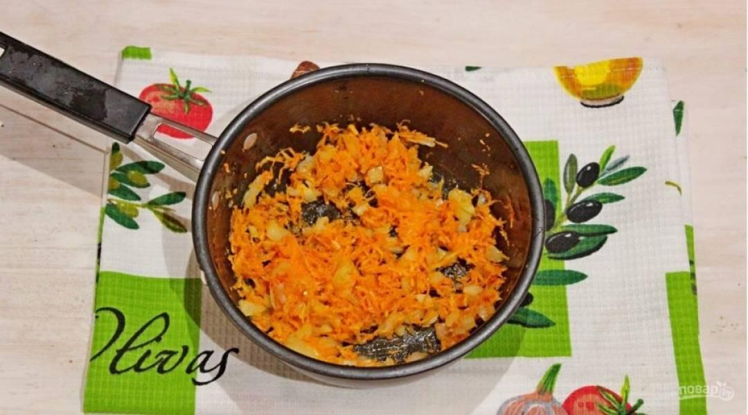 Овощи очищаем, лук мелко рубим, морковь натираем на терке и обжариваем их вместе на растительном масле до мягкости.