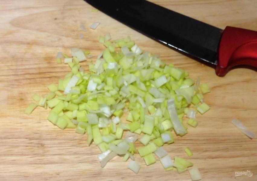 4.Мою и вытираю зеленый лук, затем мелко нарезаю его.