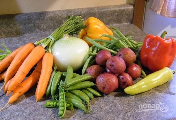 2. Овощи вымойте, обсушите, очистите и нарежьте.