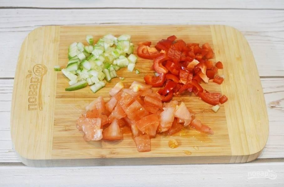 3. Перец, огурец и помидор нарежьте кубиком.