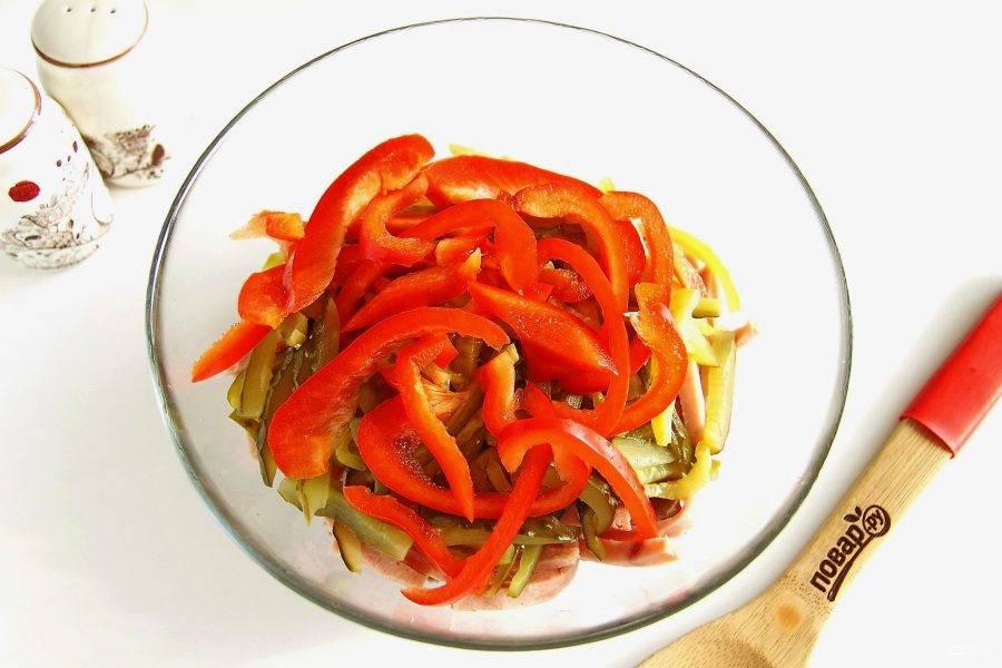 Нарежьте соломкой болгарский перец.