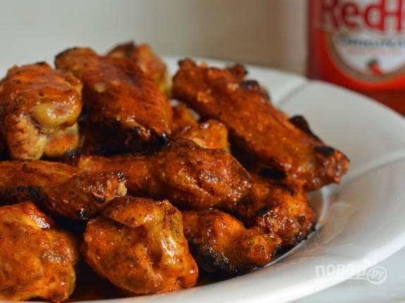 Подавайте блюдо в тёплом виде. К крыльям добавьте оставшийся соус. Приятного аппетита!