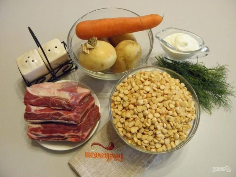 1. Приготовьте для супа необходимые продукты. Тщательно вымойте мясо. Горох переберите от порченных зерен и хорошенько промойте до чистой воды, а лучше замочить его в холодной воде на 20-30 минут. Не спешите чистить овощи, они понадобится не скоро.
