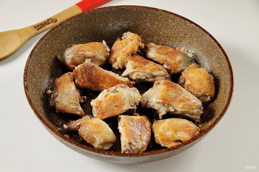 Снимите с бедер шкурку (по желанию), разрежьте каждое на две части, натрите солью и обжарьте на сковороде с двух сторон до румяной корочки.