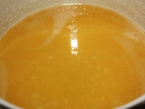 Возьмите мед. Кладите его в небольшую кастрюльку и подогрейте на медленном огне две минуты. Если меда в доме не нашлось, возьмите обычный сахар-песок и растворите в горячей воде.
