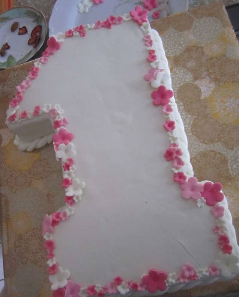 12. Украсить бабочками и цветочками из мастики.