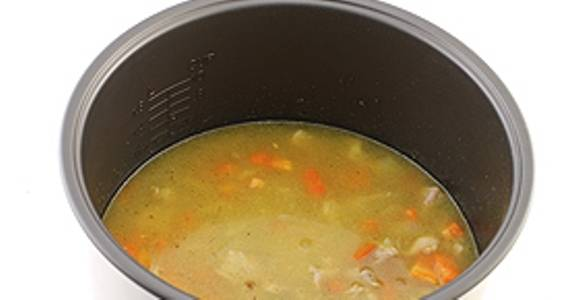 Затем налейте воду и перемешайте продукты.