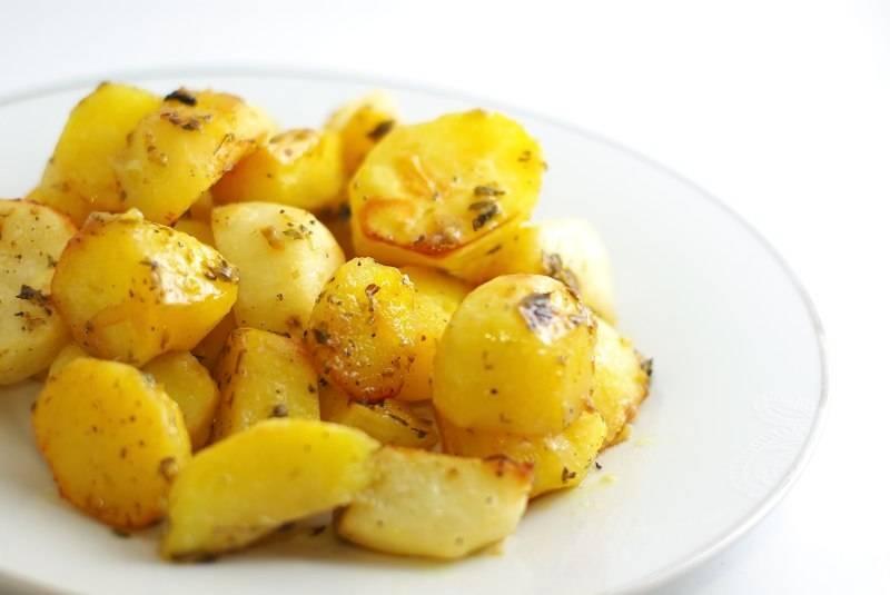 Готовую картошку выкладываем на тарелочку. Можно подавать к столу!