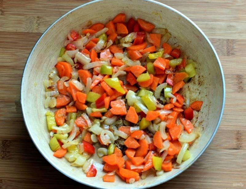 Нашинкуйте лук помельче, перец и морковь – немного крупнее. Пассеруйте на масле лук, добавьте морковь и перец, готовьте все вместе до позолоты.