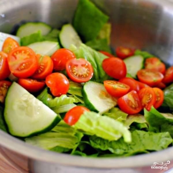 Туда же добавляем нарезанные огурцы и помидоры черри. Нарезка - любая, как вам больше нравится.