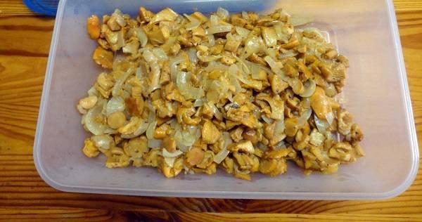 3. На сковороду налить немного растительного масла и отправить туда измельченный лук с грибами. Обжарить на среднем огне до готовности, посолив и поперчив по вкусу. Выложить со сковороды и как следует остудить. В рецепт приготовления пирога с грибами из слоеного бездрожжевого теста можно попробовать использовать консервированные грибочки.