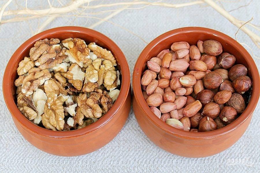 Подготовим 2 стакана орехов ассорти. Грецкий орех, фундук и арахис.  Орехи моем и выкладываем в сито.