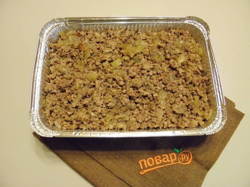4.Теперь надо сливочным маслом смазать форму для запекания, затем на дно плотным слоем выкладываем половину получившегося пюре. Фарш с луком выкладываем на пюре.