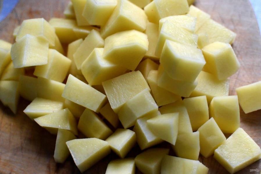 Сварите легкий куриный бульон из косточек куриной грудки. Процедите, доведите до кипения, посолите и опустите в бульон картофель, нарезанный кубиками. Или варите постный вариант. Тогда этот суп будет не только диетическим, но даже и похудательным!
